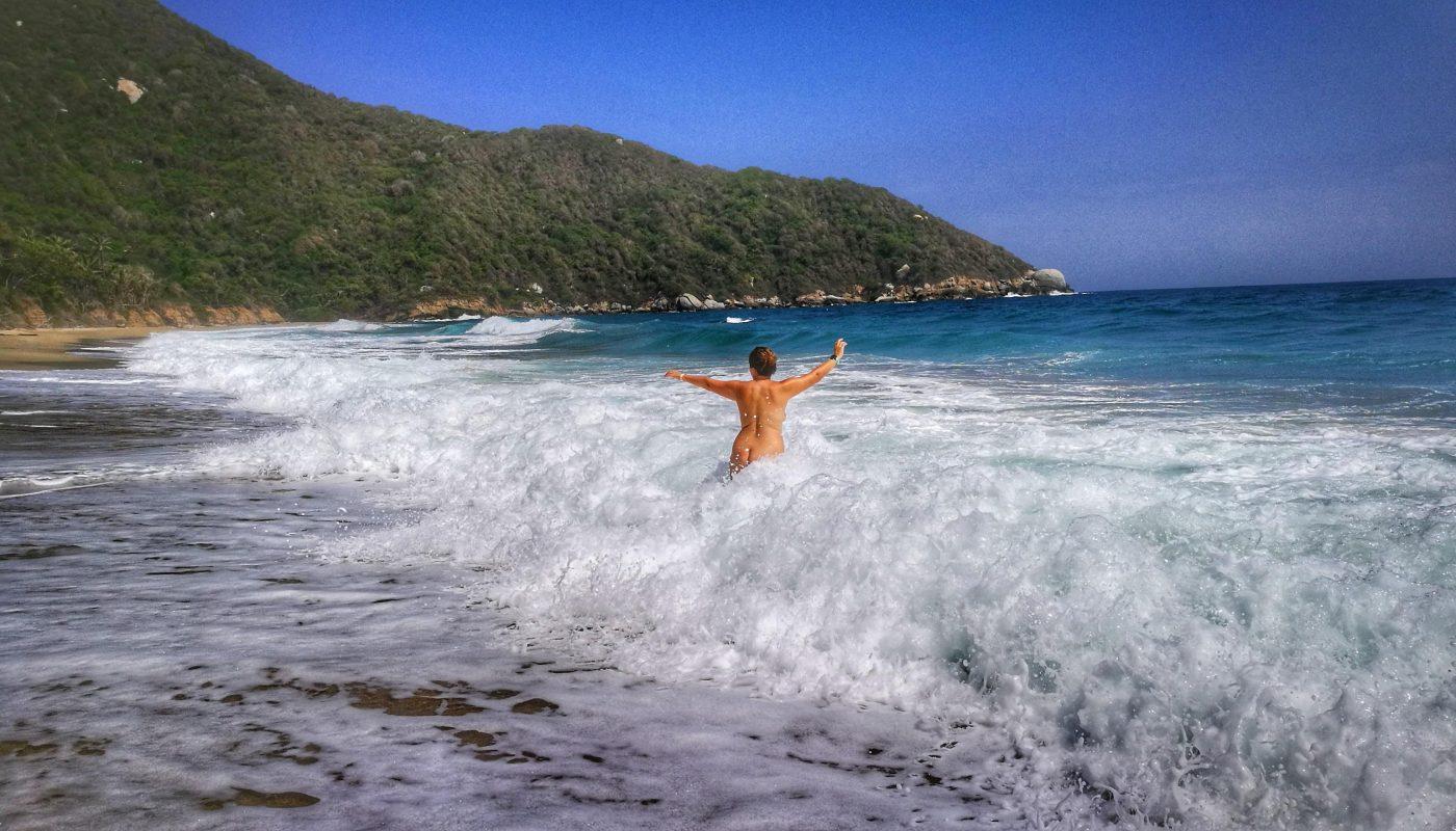 Playa nudista Parque Tayrona en Colombia - Senderismo nudista / naked hiking